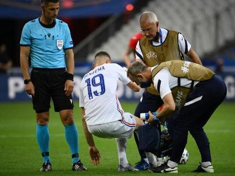 Medical staff members help France's forward Karim Benzema after an injury during the friendly football match France vs Bulgaria ahead of the Euro 2020 tournament, at Stade De France in Saint-Denis, on the outskirts of Paris on June 8, 2021. (Photo by FRANCK FIFE / AFP)