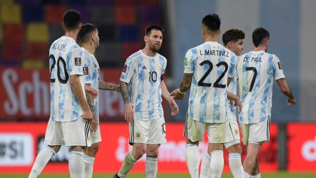 SANTIAGO DEL ESTERO, ARGENTINA - JUNE 03: Lionel Messi of Argentina and teammates leave the field after a match between Argentina and Chile as part of South American Qualifiers for Qatar 2022 at Estadio Unico Madre de Ciudades on June 03, 2021 in Santiago del Estero, Argentina. (Photo by Juan Mabromata - Pool/Getty Images)