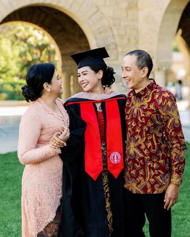 Maudy Ayunda dan keluarga