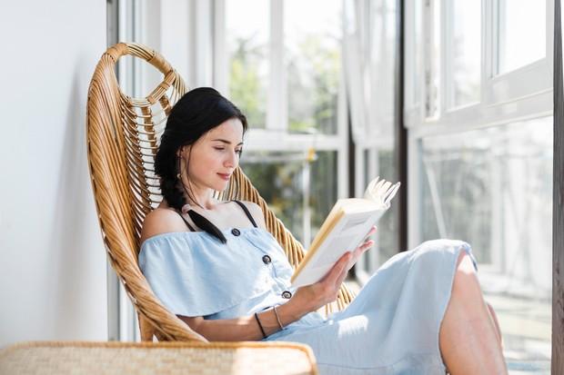 Memberikan asupan positif di akhir pekan dengan membaca buku.