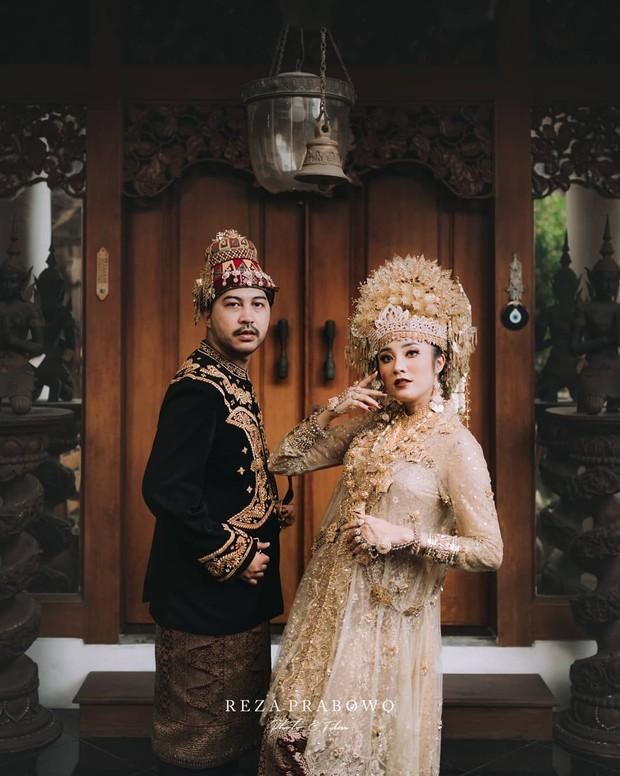 Menggunakan busana adat Aceh / sumber : instagram.com/patron_wedding