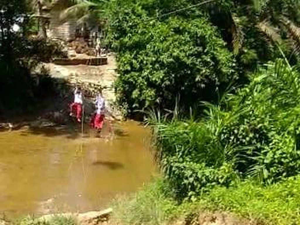 KPAI Prihatin Siswa SD Seberangi Sungai Pakai Keranjang Terbang demi Sekolah