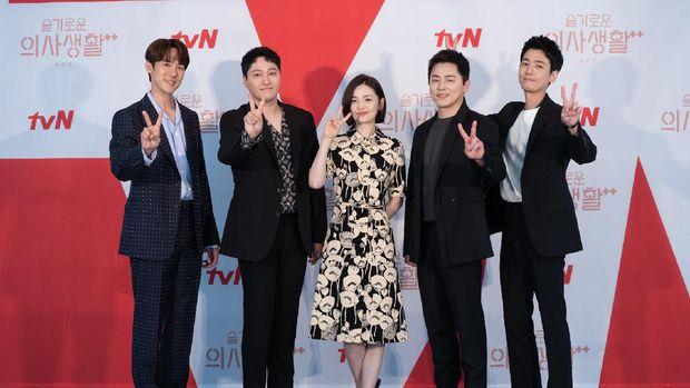 Para pemain Hospital Playlist 2, dari kiri ke kanan: Yoo Yeon-seok, Kim Dae-myung, Jeon Mi-do, Jo Jung-suk, dan Jung Kyung-ho.Fotografer:Photo by tvN/Courtesy of NetflixTag:Hospital Playlist 2, Yoo Yeon-seok, Kim Dae-myung, Jeon Mi-do, Jo Jung-suk, Jung Kyung-ho