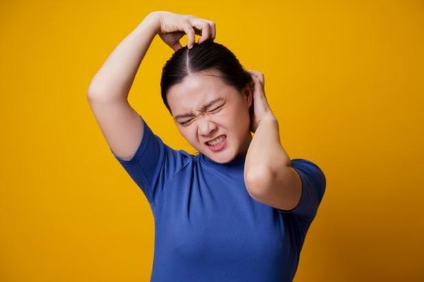 Penyebab kulit kepala gatal dikarenakan faktor internal dan eksternal tubuh.