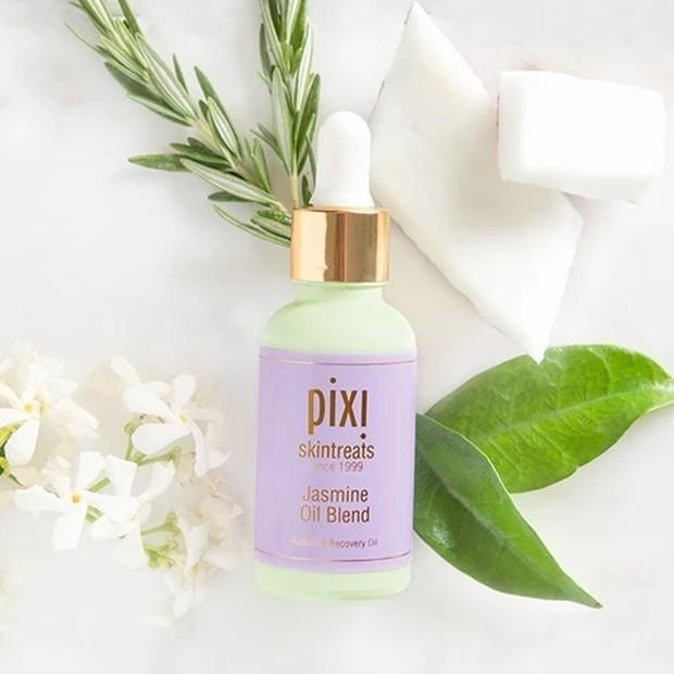 Pixi Jasmine Oil Blend mengandung jasmine flower extract yang mampu menyeimbangkan dan menyembuhkan kulit berjerawat/pixibeauty.com