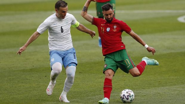 Portugal's Bruno Fernandes, right, vies for the ball with Israel's Bibras Natcho during the international friendly soccer match between Portugal and Israel at the Alvalade stadium in Lisbon, Wednesday, June 9, 2021. (AP Photo/Armando Franca)