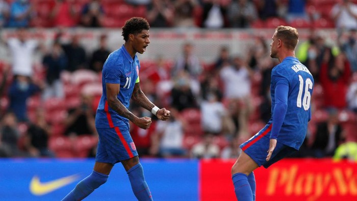 MIDDLESBROUGH, ENGLAND - JUNE 06: Marcus Rashford of England celebrates with team mate Jordan Henderson after scoring their sides first goal from the penalty spot during the international friendly match between England and Romania at Riverside Stadium on June 06, 2021 in Middlesbrough, England. (Photo by Lee Smith - Pool/Getty Images)