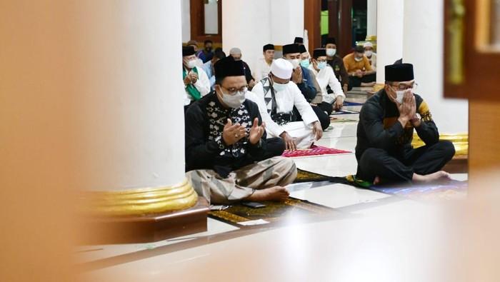 Anies dan RK saat salah berjemaah di Masjid Agung Sumedang (Foto: Istimewa)