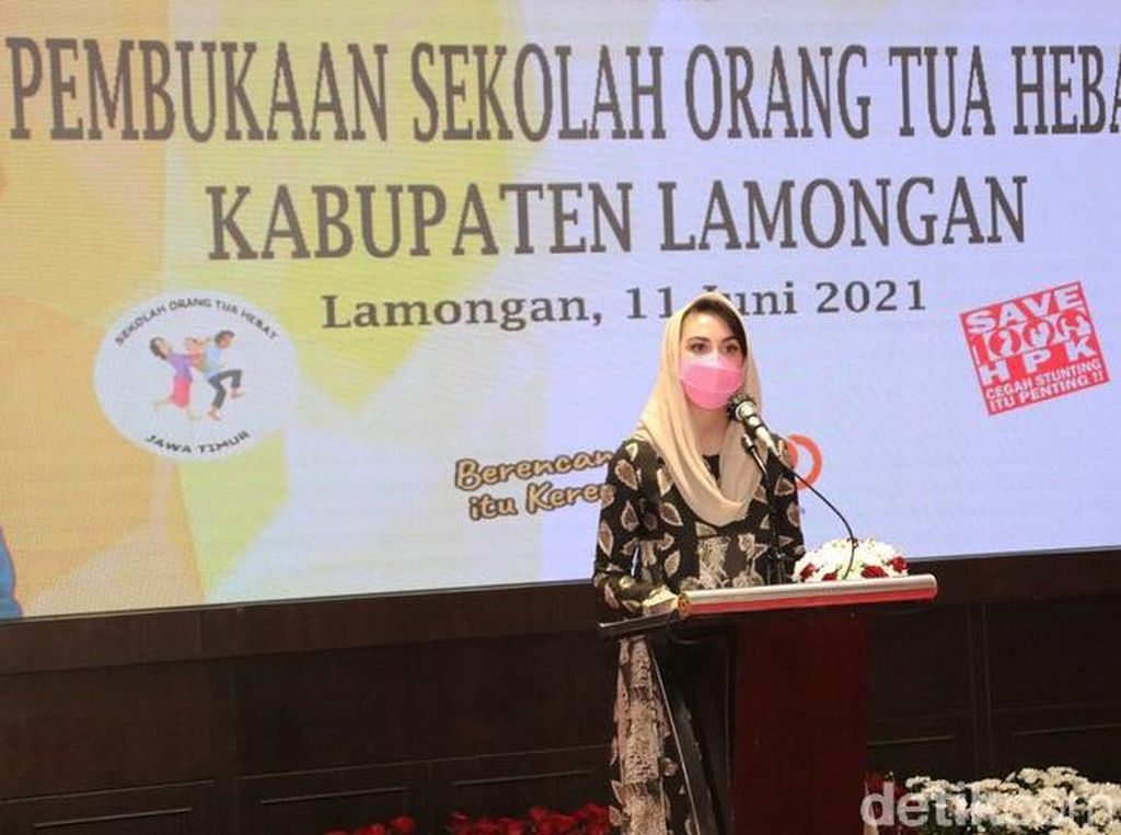 Arumi Bachsin Buka Pilot Project Sekolah Orang Tua Hebat di Lamongan