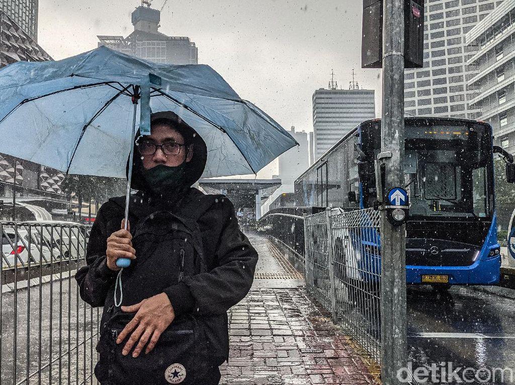 BMKG Prediksi Hujan Disertai Petir di Jaksel-Jaktim Siang Ini
