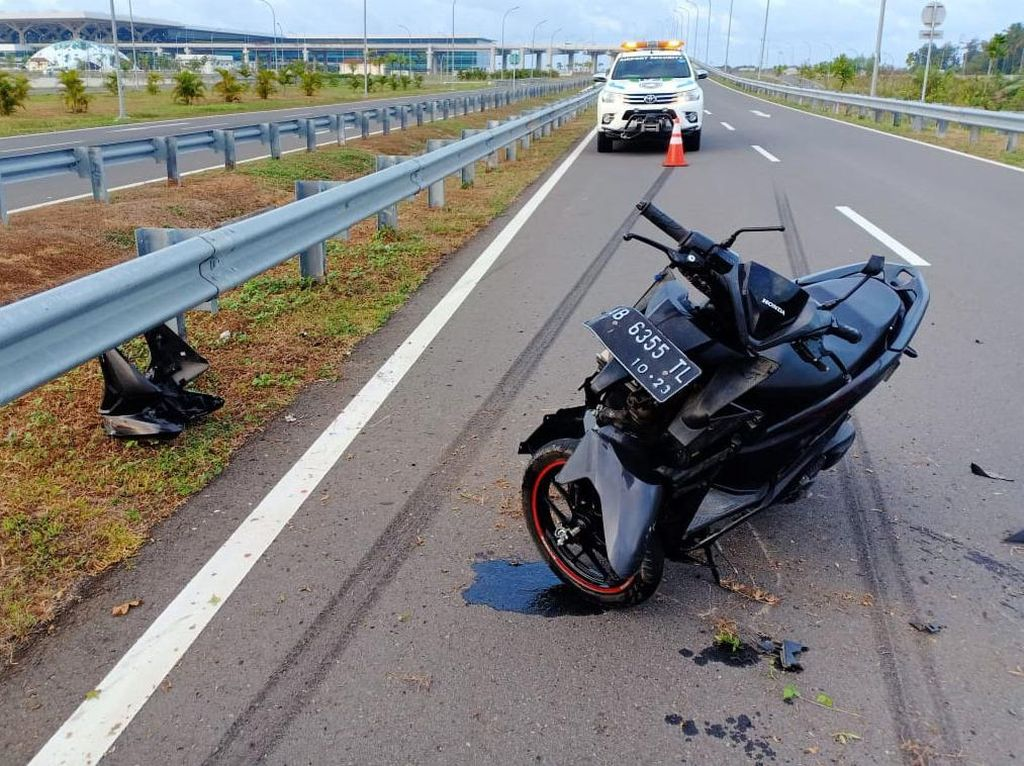 Pemotor Mabuk Lempar Batu ke Mobil, Kabur Tabrak Besi Pengaman Jalan
