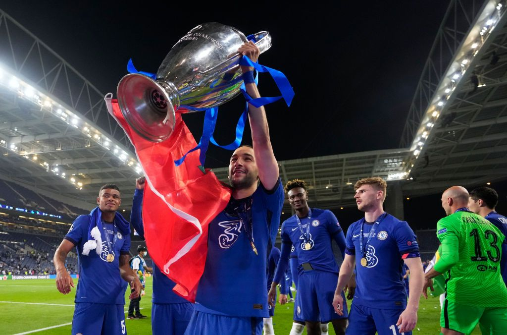 PORTO, PORTUGAL - MAY 29: Hakim Ziyech of Chelsea celebrates with the Champions League Trophy following their team's victory in  the UEFA Champions League Final between Manchester City and Chelsea FC at Estadio do Dragao on May 29, 2021 in Porto, Portugal. (Photo by Manu Fernandez - Pool/Getty Images)