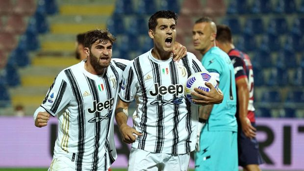 CROTONE, ITALY - OCTOBER 17: Alvaro Morata of Juventus celebrates after scoring his team's first goal with teammate Manolo Portanova during the Serie A match between FC Crotone and Juventus at Stadio Comunale Ezio Scida on October 17, 2020 in Crotone, Italy. (Photo by Getty Images/Getty Images)