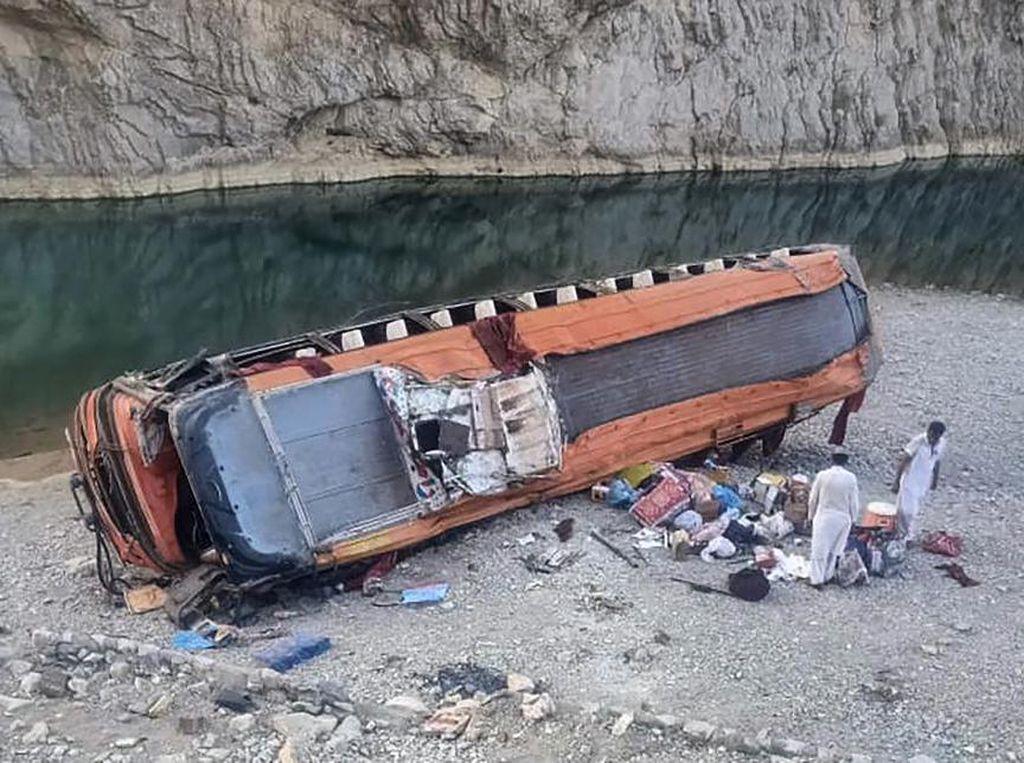 Bus Bawa Peziarah Jatuh ke Jurang di Pakistan, 20 Orang Tewas