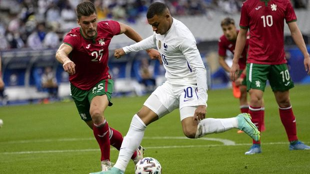 France's Kylian Mbappe, right, fights for the ball with Bulgaria's Petko Hristov during the international friendly soccer match between France and Bulgaria at the Stade De France in Saint Denis, North of Paris, France, Tuesday, June 8, 2021. (AP Photo/Francois Mori)