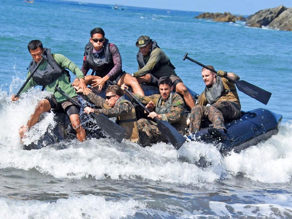 Marinir Indonesia-AS Latihan Dayung Tembus Gelombang dan Renang Rintis