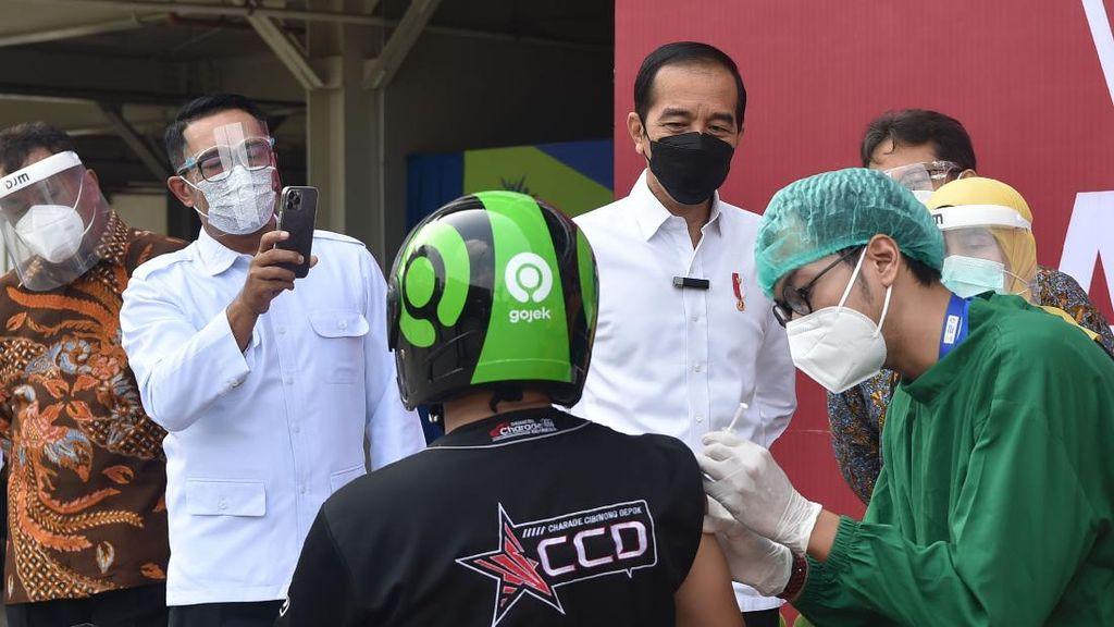 Momen Jokowi Tinjau Vaksinasi di Depok