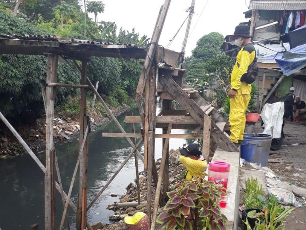 Jembatan Bambu Reyot Kebon Jeruk Mulai Diperbaiki, Tiang Besi Dipasang