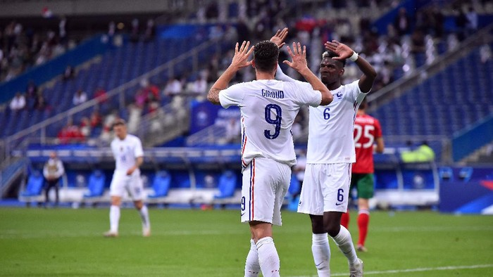 PARIS, FRANCE - JUNE 08: Olivier Giroud of France is congratulated by Paul Pogba after scoring during the international friendly match between France and Bulgaria at Stade de France on June 08, 2021 in Paris, France. (Photo by Aurelien Meunier/Getty Images)