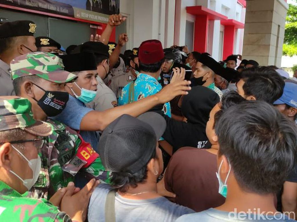 Ratusan Warga Jember Gagal Ambil Paksa Jenazah Pasien COVID-19 dari RS