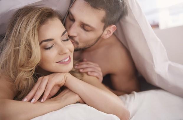 Setelah seks, pastikan kamu memberikan jeda sebelum lanjut ke aktivitas lain. Biarkan dirimu dan pasanganmu bersantai sejenak dan berbincang hangat.