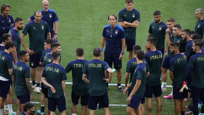 Italys manager Roberto Mancini, talks to players as he leads a training session ahead of Fridays Euro 2020, group A soccer match against Turkey, at the Rome Olympic stadium, Thursday, June 10, 2021. (AP Photo/Andrew Medichini, Pool)