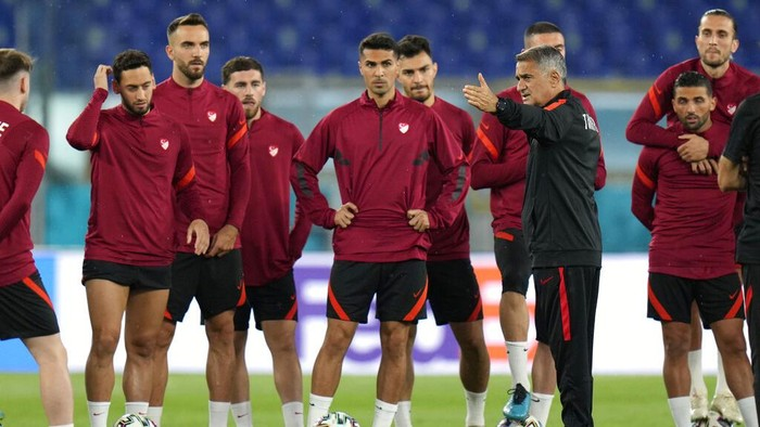 Turkeys manager Senol Gunes, third right, talks to his players during a training session of the national soccer team at the Olympic stadium in Rome, Thursday, June 10, 2021, ahead of their match against Italy on Friday June 11. The Euro 2020 gets underway on Friday June 11 and is being played in 11 host cities across 11 countries. The event was delayed by one year after being postponed in 2020 due to the COVID-19 pandemic. (AP Photo/Alessandra Tarantino)