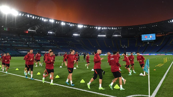 ROME, ITALY - JUNE 10: A sunset is seen as players of Turkey take part in the Turkey Training Session ahead of the UEFA Euro 2020 Championship Group A match between Turkey and Italy at Olimpico Stadium on June 10, 2021 in Rome, Italy. (Photo by Mike Hewitt/Getty Images)