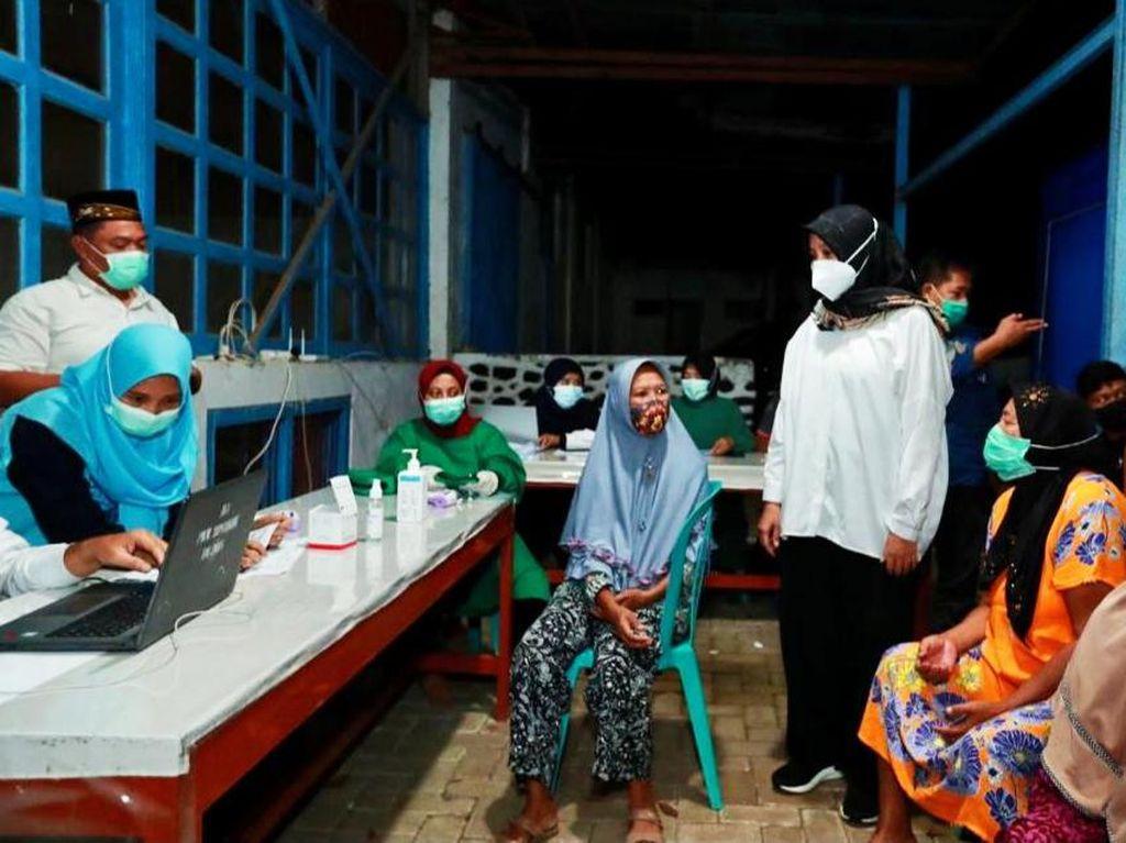Jemput Bola Vaksinasi Hingga Layani Adminduk, Bupati Ipuk Camping di Perkebunan