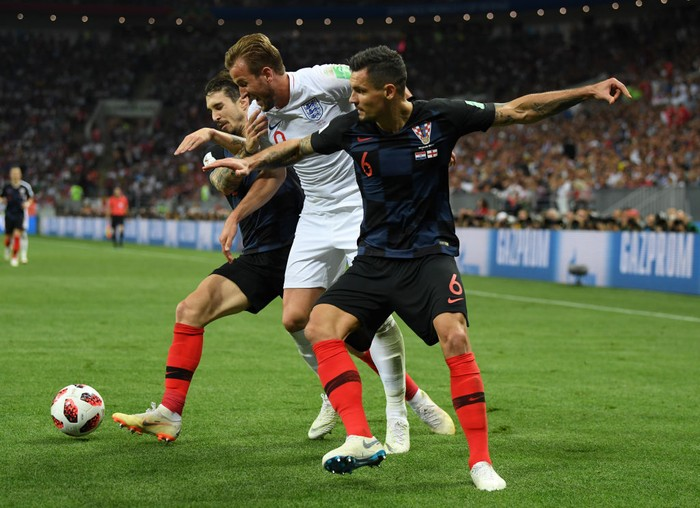 MOSCOW, RUSSIA - JULY 11:  Harry Kane of England is challenged by Sime Vrsaljko of Croatia and Dejan Lovren of Croatia during the 2018 FIFA World Cup Russia Semi Final match between England and Croatia at Luzhniki Stadium on July 11, 2018 in Moscow, Russia.  (Photo by Matthias Hangst/Getty Images)