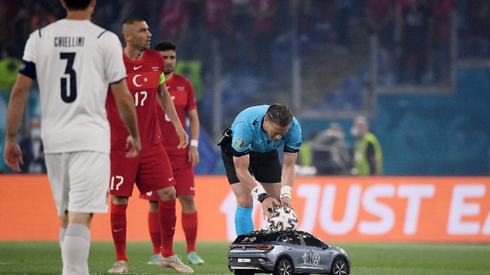 ROME, ITALY - JUNE 11: Match Referee, Danny Makkelie has the match ball delivered to him by a Volkswagen branded remote control car prior to the UEFA Euro 2020 Championship Group A match between Turkey and Italy at the Stadio Olimpico on June 11, 2021 in Rome, Italy. (Photo by Alberto Lingria - Pool/Getty Images)