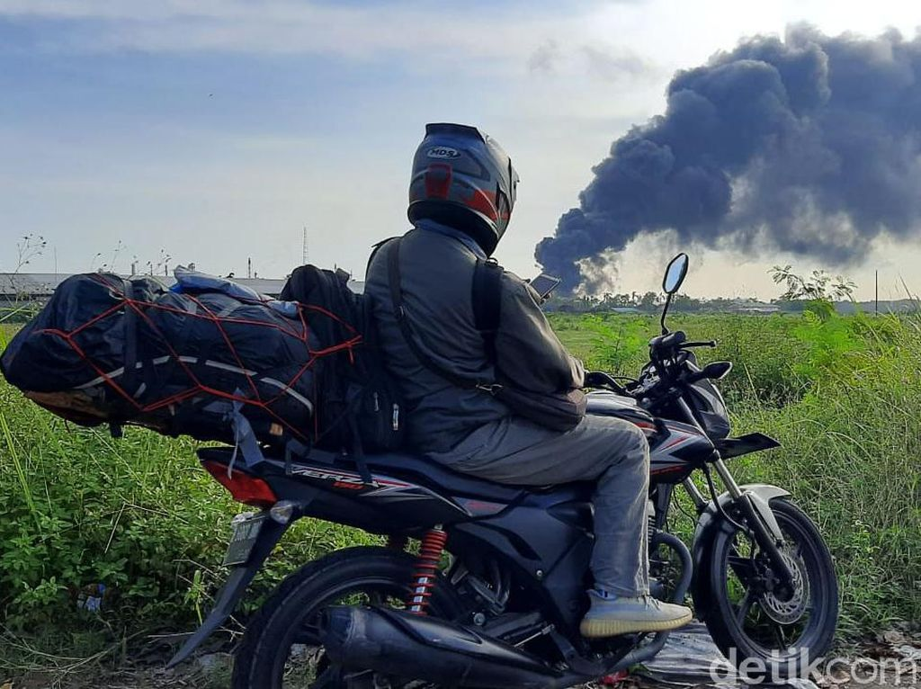 Kebakaran di Kilang Cilacap Jadi Tontonan Warga