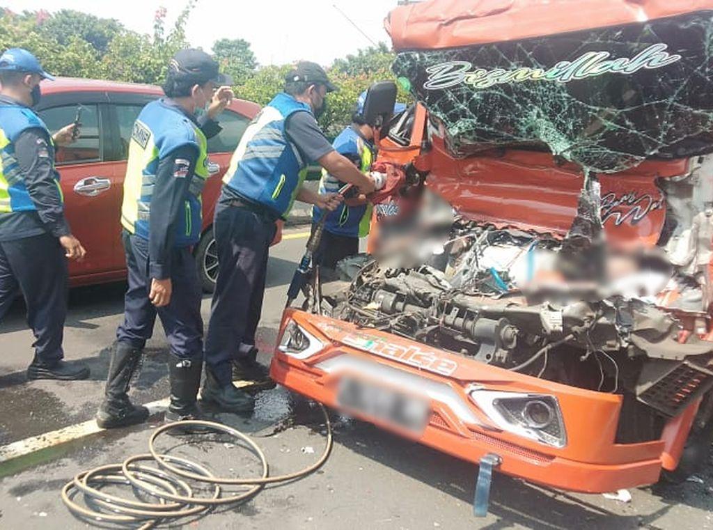 Sempat Terjepit, Sopir Truk Tabrak Tangki BMM di Exit Tol Rawamangun Tewas