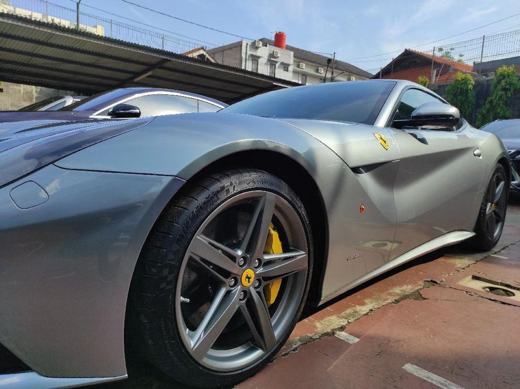 Jelang Lelang, Rolls Royce-Ferrari Sitaan Kasus ASABRI Dipamerkan ke Publik
