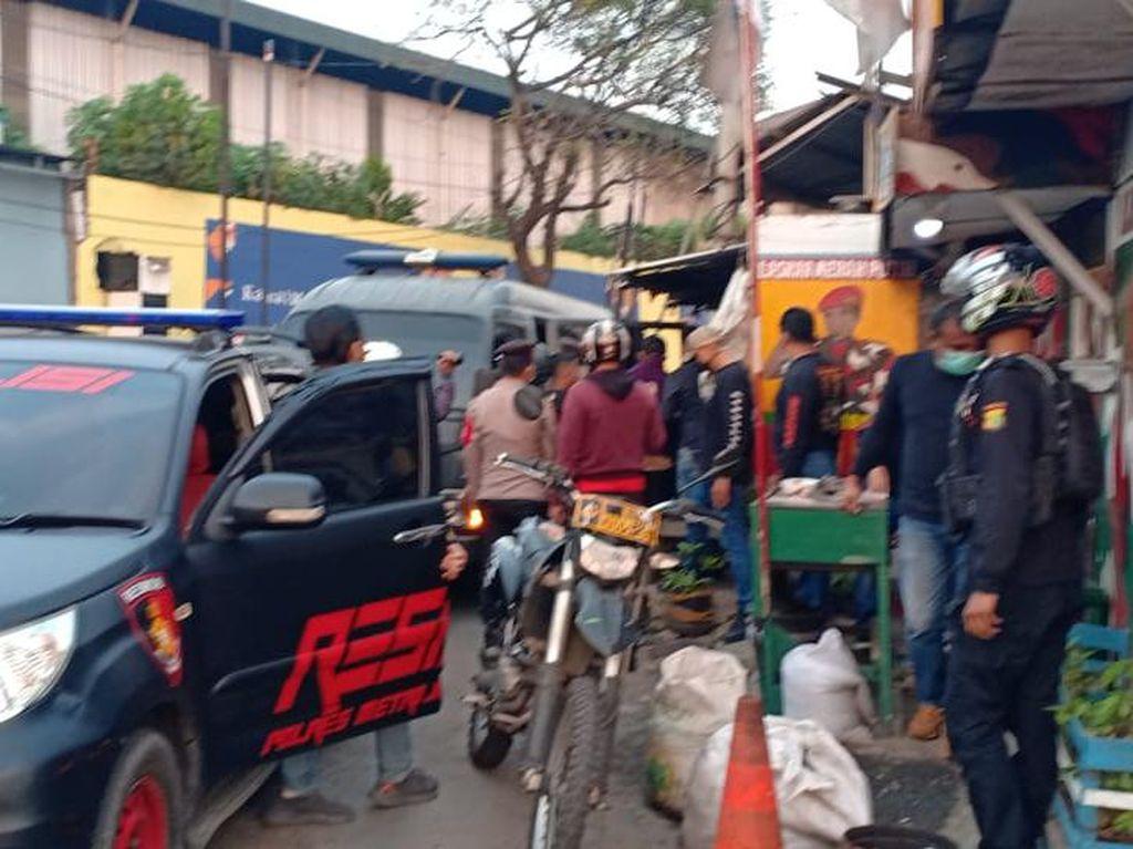 22 Preman Pungli ke Sopir Truk di Jakbar Ditangkap, Senjata Tajam Disita