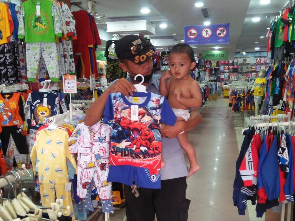 Salut! Petugas P3S Ini Belikan Pakaian Saat Evakuasi Balita Terlantar