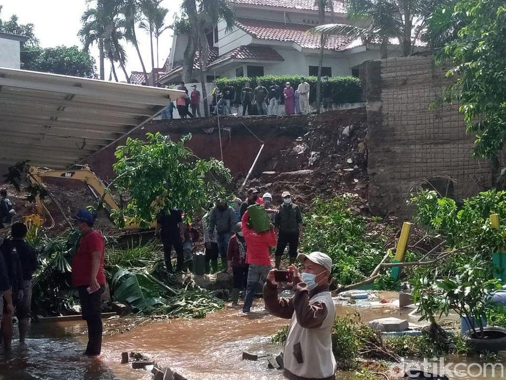 Longsor di Kompleks Ciputat Timpa 2 Rumah, 2 Orang Terluka