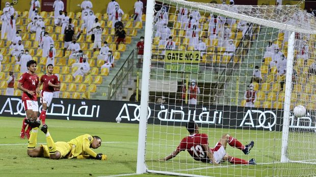 Indonesia's goalkeeper Muhamed Riyandi and Rachhimat Irianto (R) react after the UAE scored during the 2022 FIFA World Cup qualification group g football match between the United Arab Emirates and Indonesia at the Zabeel Stadium  Stadium in Dubai on June 11, 2021. (Photo by Karim SAHIB / AFP)
