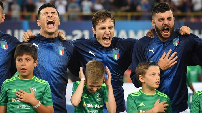 BOLOGNA, ITALY - JUNE 19: (L-R) Riccardo Orsoini, Federico Chiesa and Partick Cutrone of Italy sing the national anthem ahead of the 2019 UEFA U-21 Group A match between Italy and Poland at Renato DallAra Stadium on June 19, 2019 in Bologna, Italy. (Photo by Claudio Villa/Getty Images)
