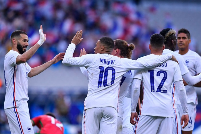 PARIS, FRANCE - JUNE 08: Antoine Griezmann of France is congratulated by Kylian Mbappe and Karim Benzama after scoring during the international friendly match between France and Bulgaria at Stade de France on June 08, 2021 in Paris, France. (Photo by Aurelien Meunier/Getty Images)