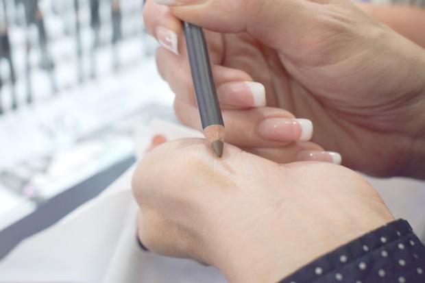 Cara Menggunakan Pensil Alis