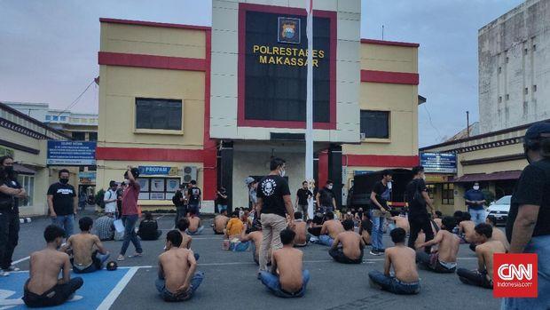 Petugas kepolisian saat mendata preman yang diamankan saat operasi premanisme di Makassar, Sulawesi Selatan