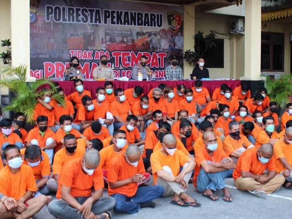 Polisi Tangkap 76 Preman di Pekanbaru, Sajam-Pistol Disita