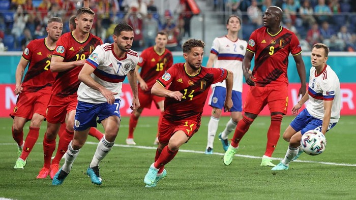 SAINT PETERSBURG, RUSSIA - JUNE 12: Dries Mertens of Belgium chases the ball whilst under pressure from Magomed Ozdoev of Russia during the UEFA Euro 2020 Championship Group B match between Belgium and Russia on June 12, 2021 in Saint Petersburg, Russia. (Photo by Lars Baron/Getty Images)