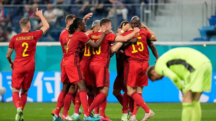 SAINT PETERSBURG, RUSSIA - JUNE 12: Thomas Meunier of Belgium celebrates with Romelu Lukaku and team mates after scoring their sides second goal during the UEFA Euro 2020 Championship Group B match between Belgium and Russia on June 12, 2021 in Saint Petersburg, Russia. (Photo by Dmitry Lovetsky - Pool/Getty Images)