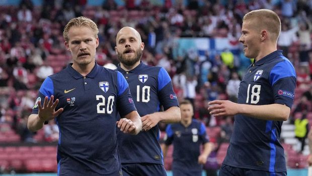 Finland's Joel Pohjanpalo, left, celebrates after scoring his side's opening goal during the Euro 2020 soccer championship group B match between Denmark and Finland at Parken stadium in Copenhagen, Saturday, June 12, 2021. (AP Photo/Martin Meissner, Pool)