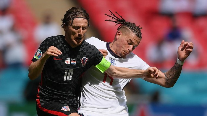 LONDON, ENGLAND - JUNE 13: Luka Modric of Croatia is challenged by Kalvin Phillips of England during the UEFA Euro 2020 Championship Group D match between England and Croatia at Wembley Stadium on June 13, 2021 in London, England. (Photo by Laurence Griffiths/Getty Images)