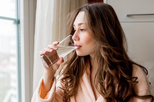 Minum air putih.