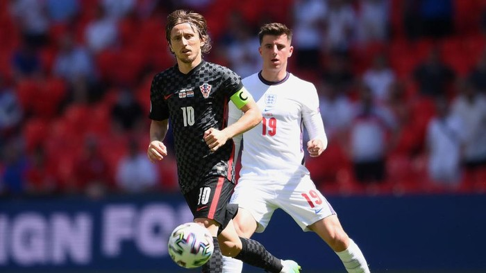 LONDON, ENGLAND - JUNE 13: Luka Modric of Croatia battles for possession with Mason Mount of England during the UEFA Euro 2020 Championship Group D match between England and Croatia at Wembley Stadium on June 13, 2021 in London, England. (Photo by Laurence Griffiths/Getty Images)