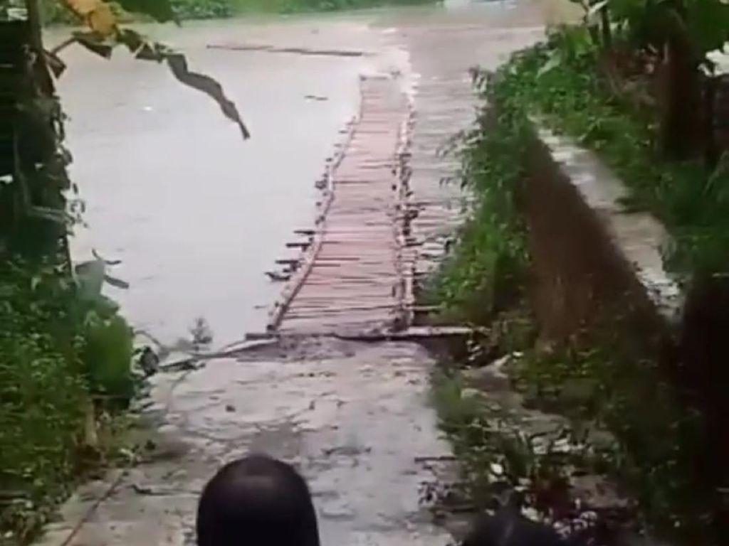 Jembatan Bambu Penghubung 2 Desa di Cianjur Hanyut Akibat Luapan Sungai